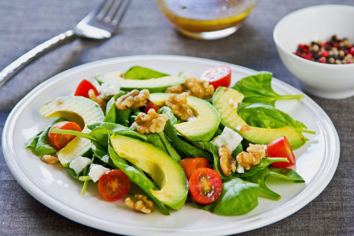salata cu avocado, busuioc si feta