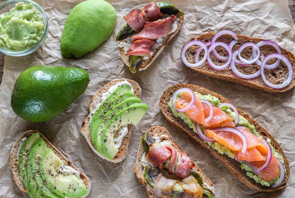 bruschete cu avocado si bacon