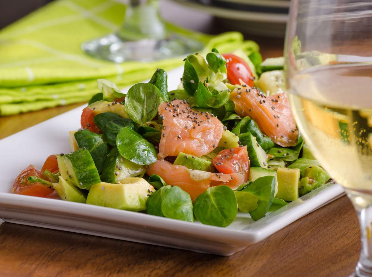 salata cu somon avocado si castravete