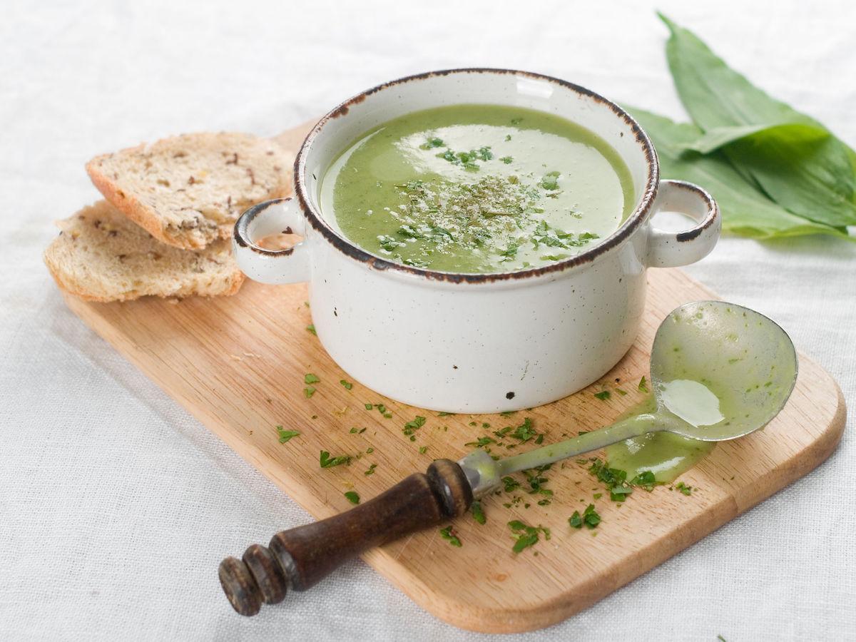 supa de legume cu iaurt si nuci de pin