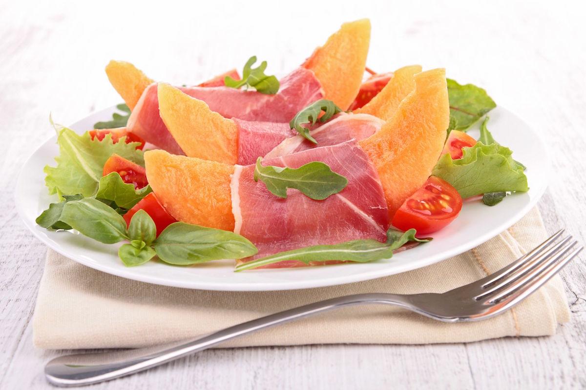 salata cu pepene galben, rosii si prosciutto