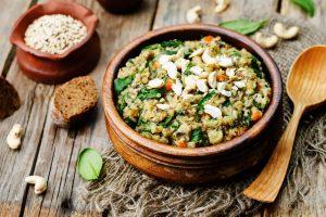 salata de quinoa cu linte si branza feta