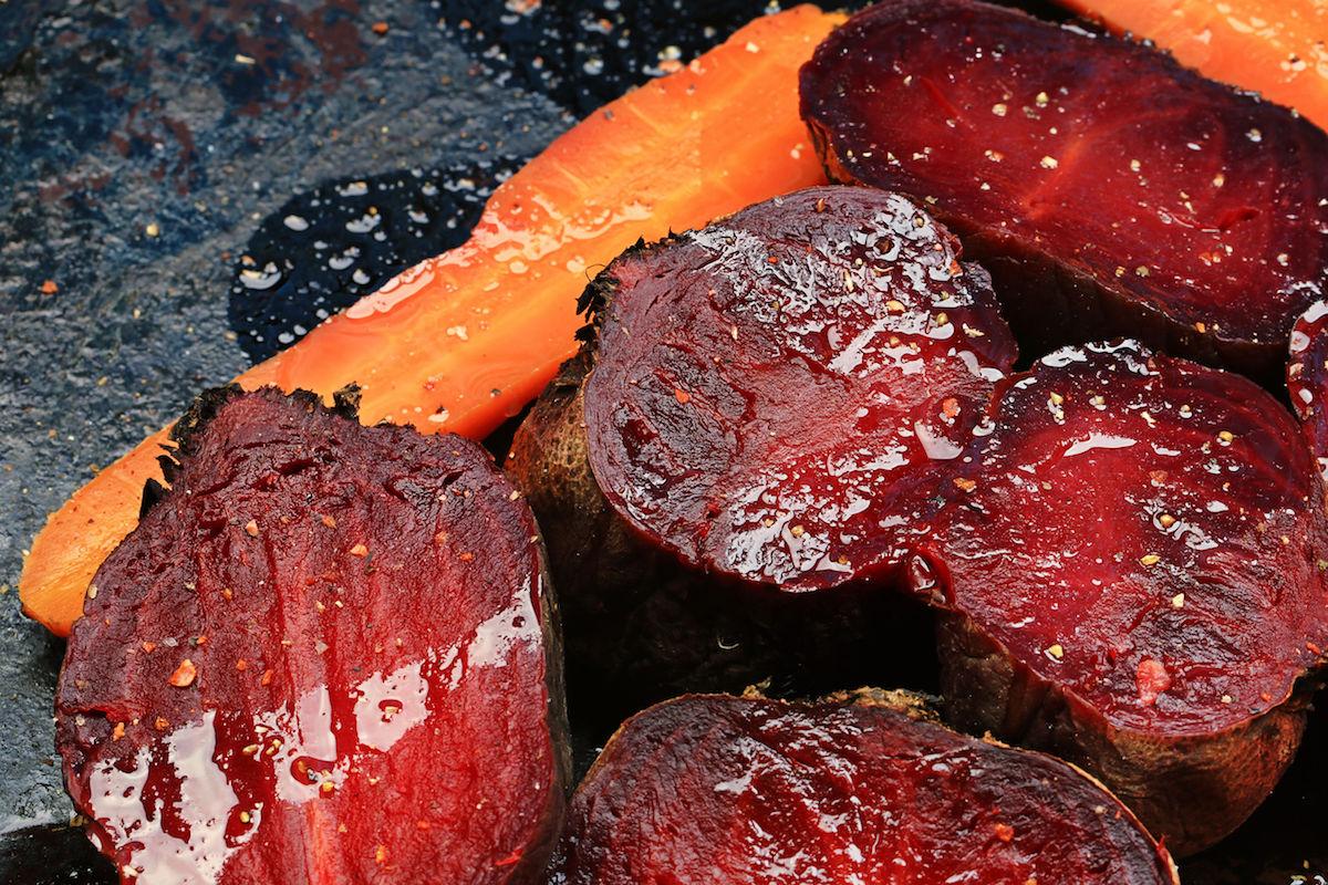 sfecla rosie si morcovi glazurati cu miere la cuptor