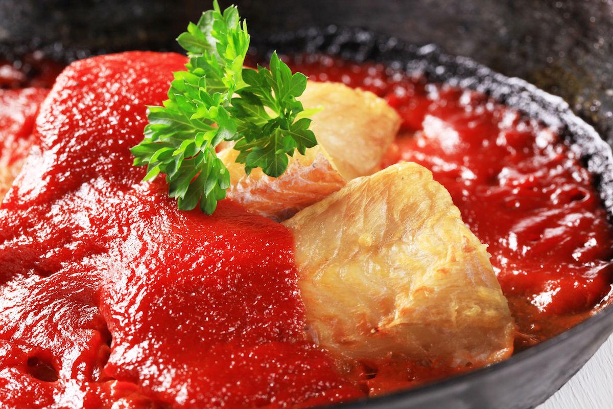peste cu sos tomat