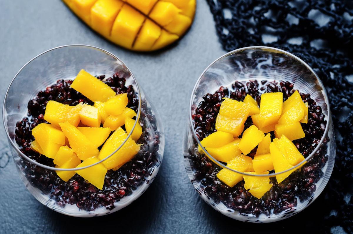 budinca-de-orez-negru-cu-mango-si-fructul-pasiunii