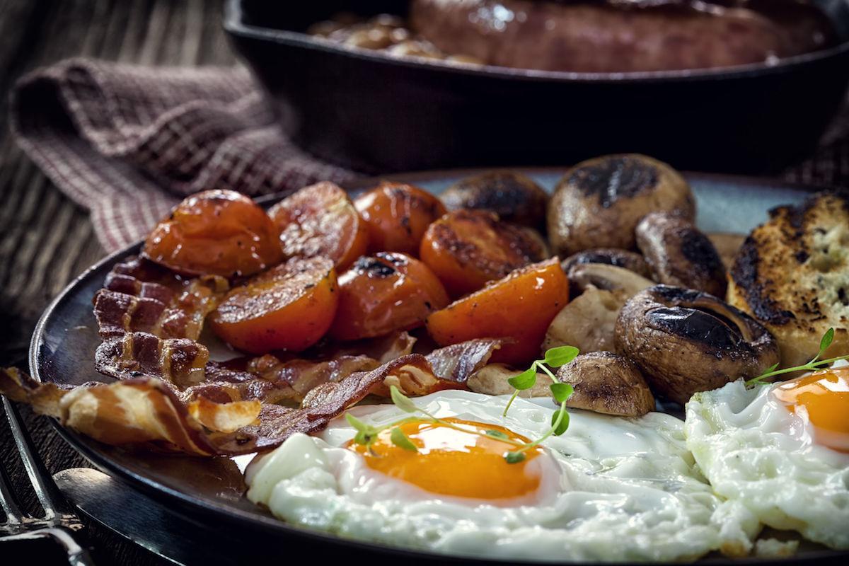 mic dejun cu oua, ciuperci si rosii