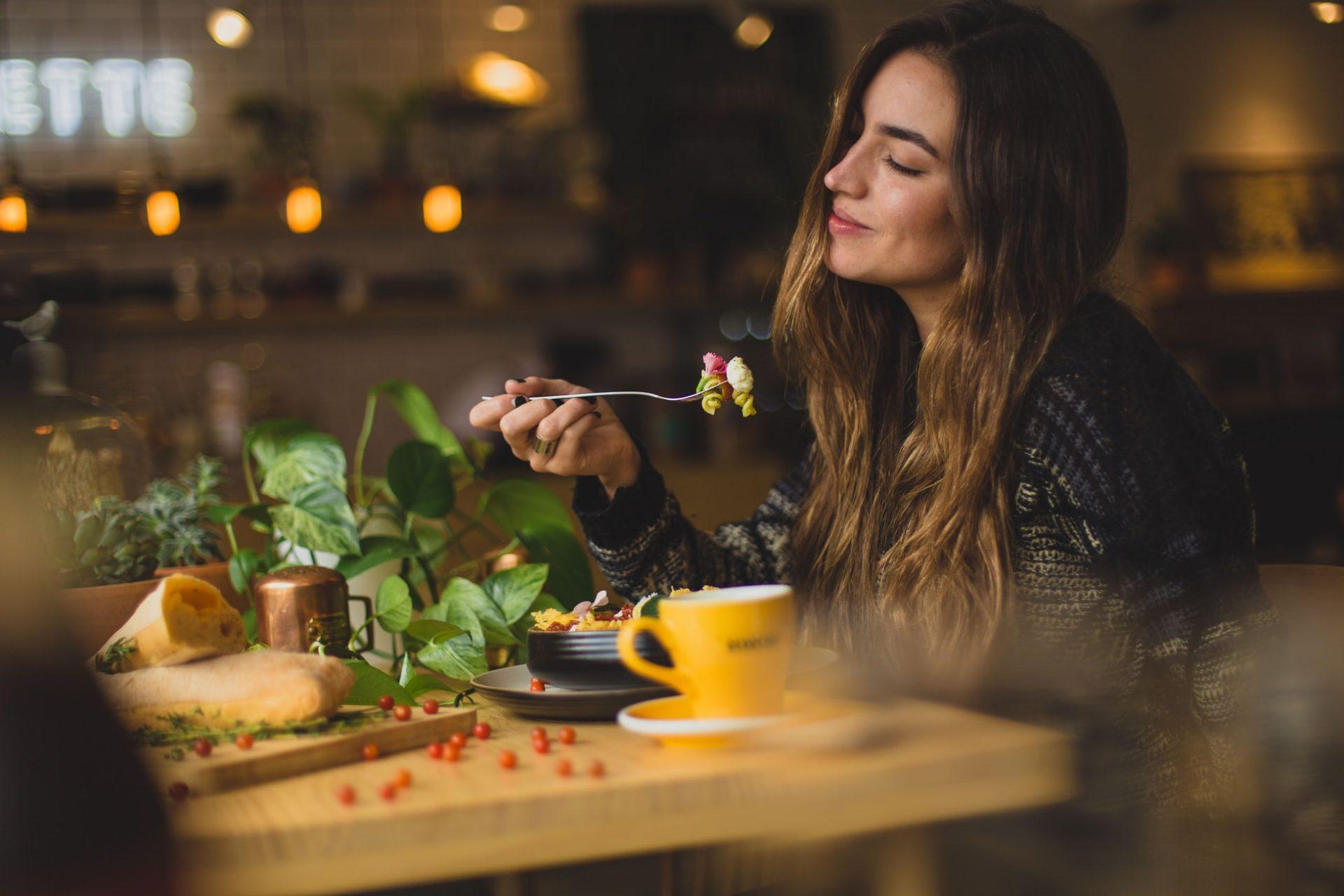 femeie in restaurant