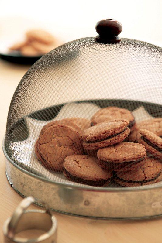 biscuiti_de_ciocolata_cu_alune_gal.jpg