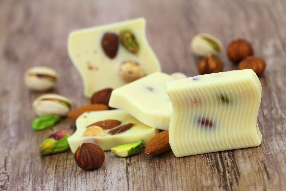 ciocolata_alba_cu_fistic_si_alune.jpg