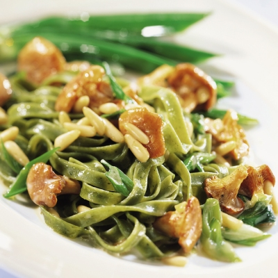 green-tagliatelle-with-chanterelles-and-pine-nuts_400.jpg