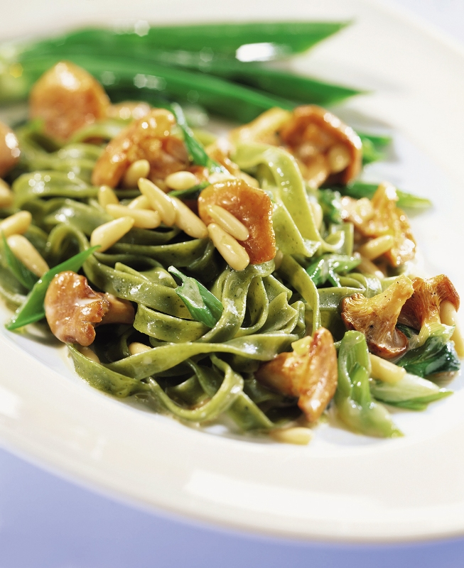 green-tagliatelle-with-chanterelles-and-pine-nuts_gal.jpg