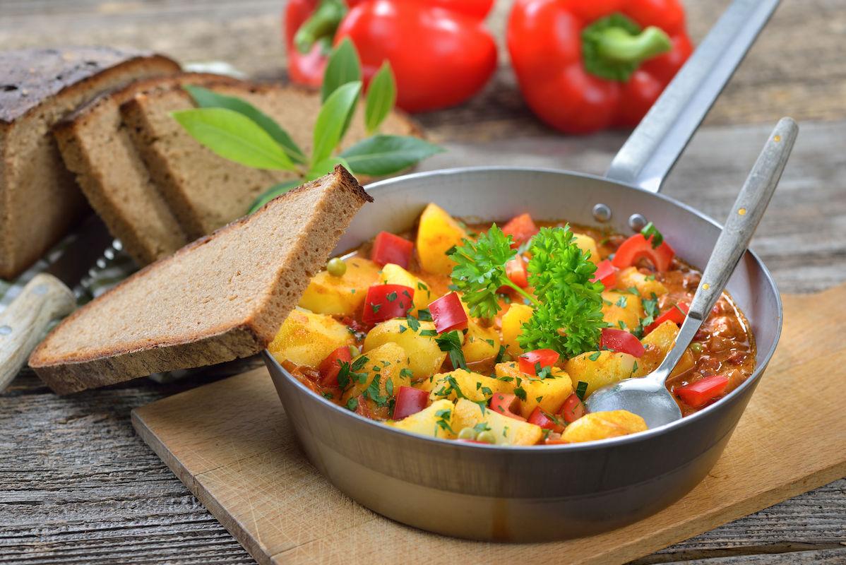 gulas_vegetarian_de_cartofi_si_ardei.jpg