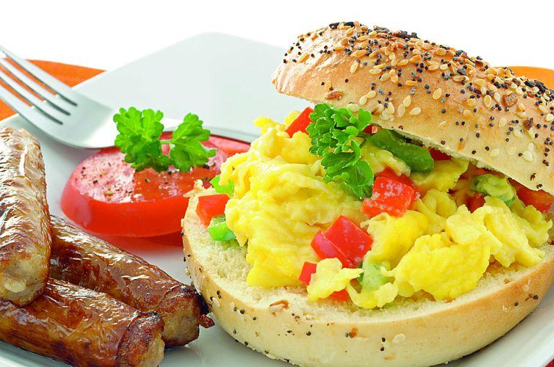 hamburgeri_cu_omleta_mare.jpg