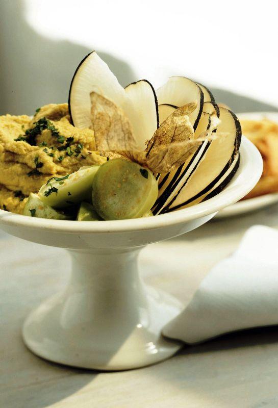 humus_cu_avocado_tomatillos_si_ridiche_neagra_gal.jpg