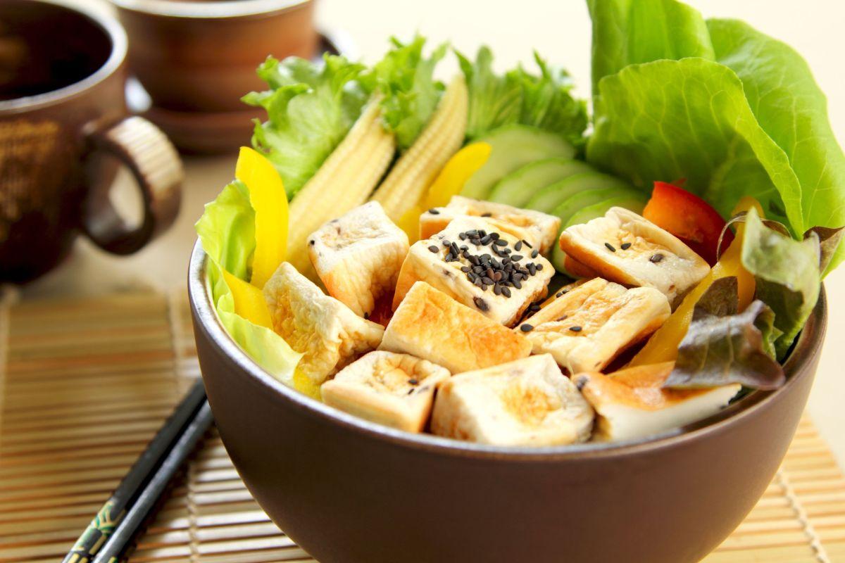 salata_asiatica_cu_tofu_prajit
